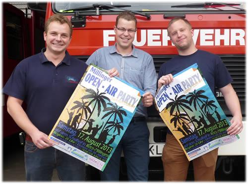 Auf dem Foto befindet sich Veranstalter Thomas Fingerhut, Thorsten Beenen (Studio82) und Tobias Schiller (ebenfalls Veranstaltungsteam), die sich gemeinsam auf die Party freuen – und auf gutes Wetter hoffen.