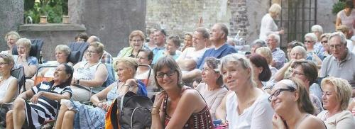Comedy-Klappstuhltheater begeisterte vor Burg Empel | WAZ.de