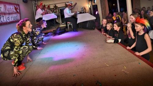 Rees: Fetzige Tänze und Gags zum Brüllen