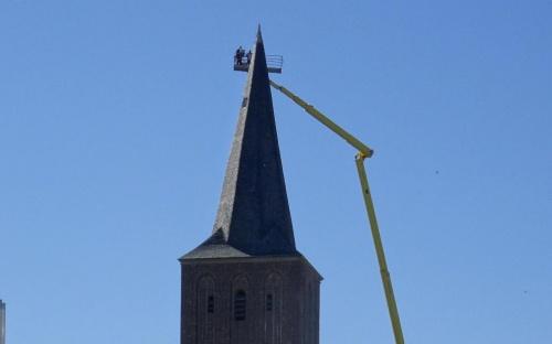Hoch hinaus für das Turmkreuz in Millingen